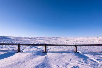 雲一つない青空と雪原の写真