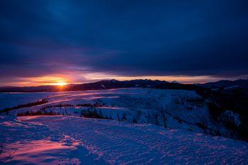 夕日が照らす大雪原の写真