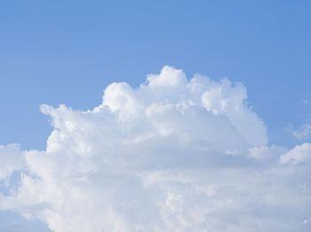 遠くに沸き立つ雲の写真