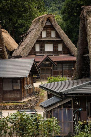 相倉集落の合掌造りの家々の写真