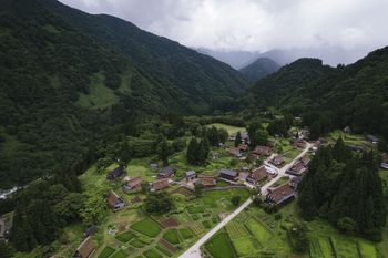 相倉合掌造り集落を空撮の写真