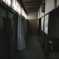雨戸が閉まった空き家の朝の写真