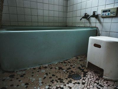 汚れた浴室の写真