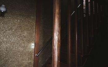 2階に上がる木造の階段の写真