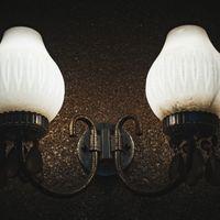 薄暗いアンティーク調の照明器具の写真