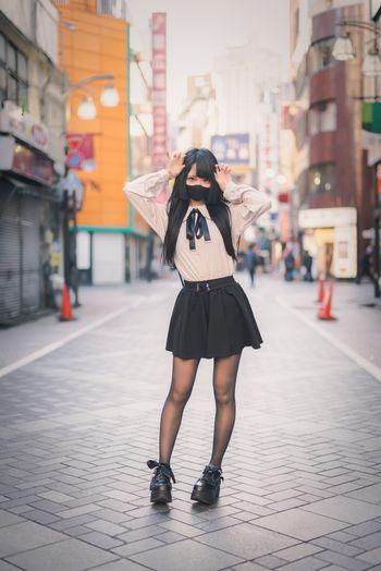 繁華街の真ん中で地雷系女子の写真
