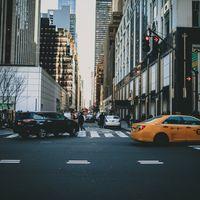 ニューヨーク市街を走る車と街並みの写真