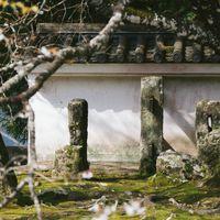 飫肥城の塀を支える石柱の写真