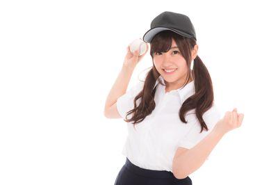 硬球を投げる女子高生(女子マネ)の写真