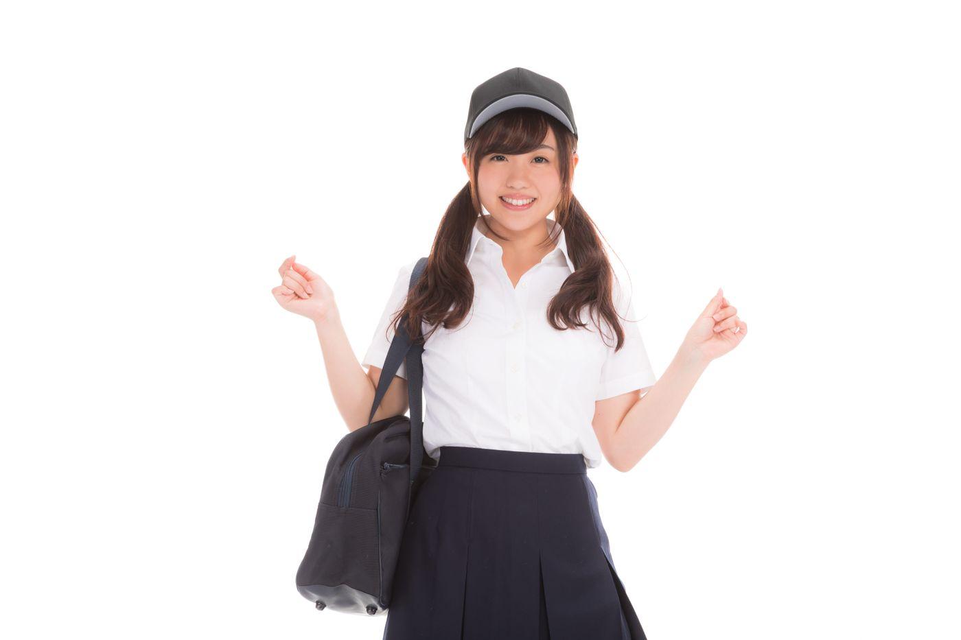 野球帽をかぶった女子高生の写真