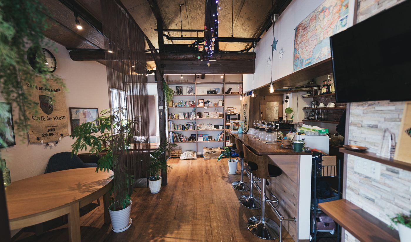 サーフカフェ風な広々とした店内の素敵なカフェの写真
