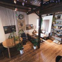 上から眺めるカフェ「オーガスタ」の店内の写真