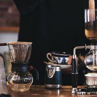 カフェのコーヒー器具の数々の写真
