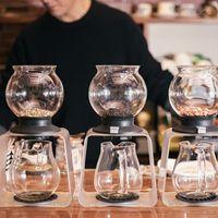 ティードリッパーに入れられた三種の紅茶とハーブティーの写真