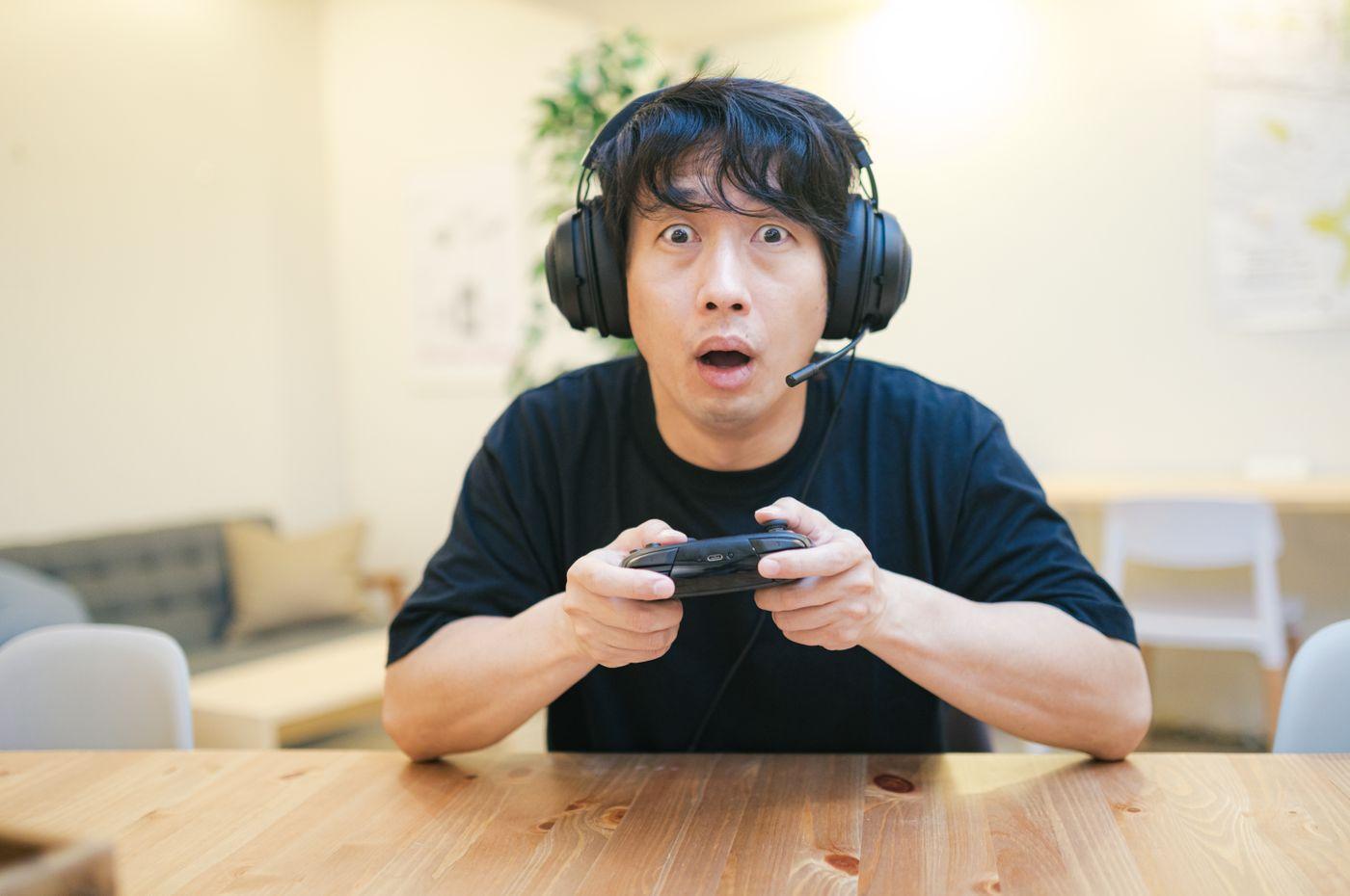 オンラインゲームに熱中する男性の写真