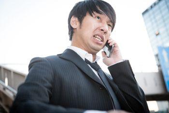 飲み会当日、予約が取れていなかったことに焦る幹事の写真