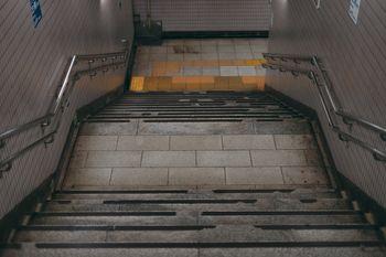 地下へと下る階段の写真