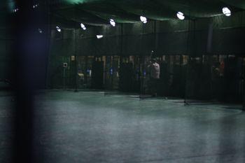 深夜のバッティングセンターとネット越しの写真