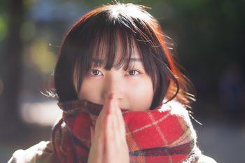 手が寒いマフラー女子の写真