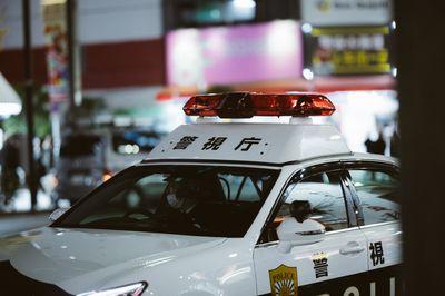 巡回中の警察車両の写真