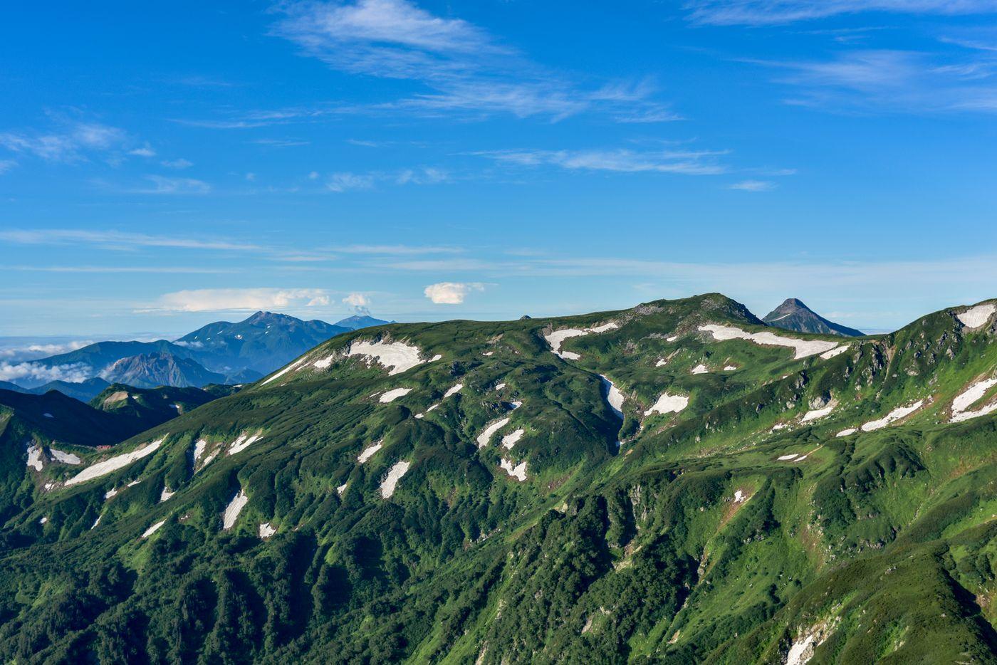 鷲羽岳中腹から見る北アルプス南部の山々の写真