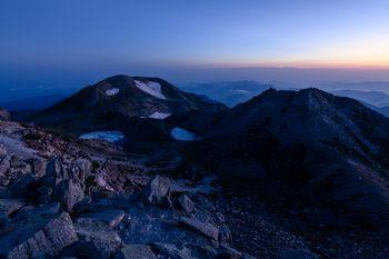 夜明け前の白山山頂の景色の写真