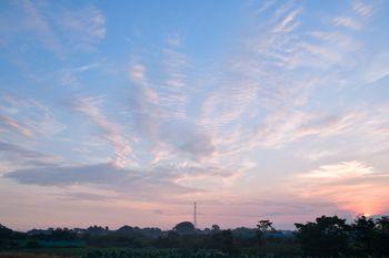 パステルカラーでさわやかな雰囲気の朝の空の写真