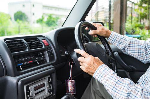 ハンドルを握る高齢者の手元の写真