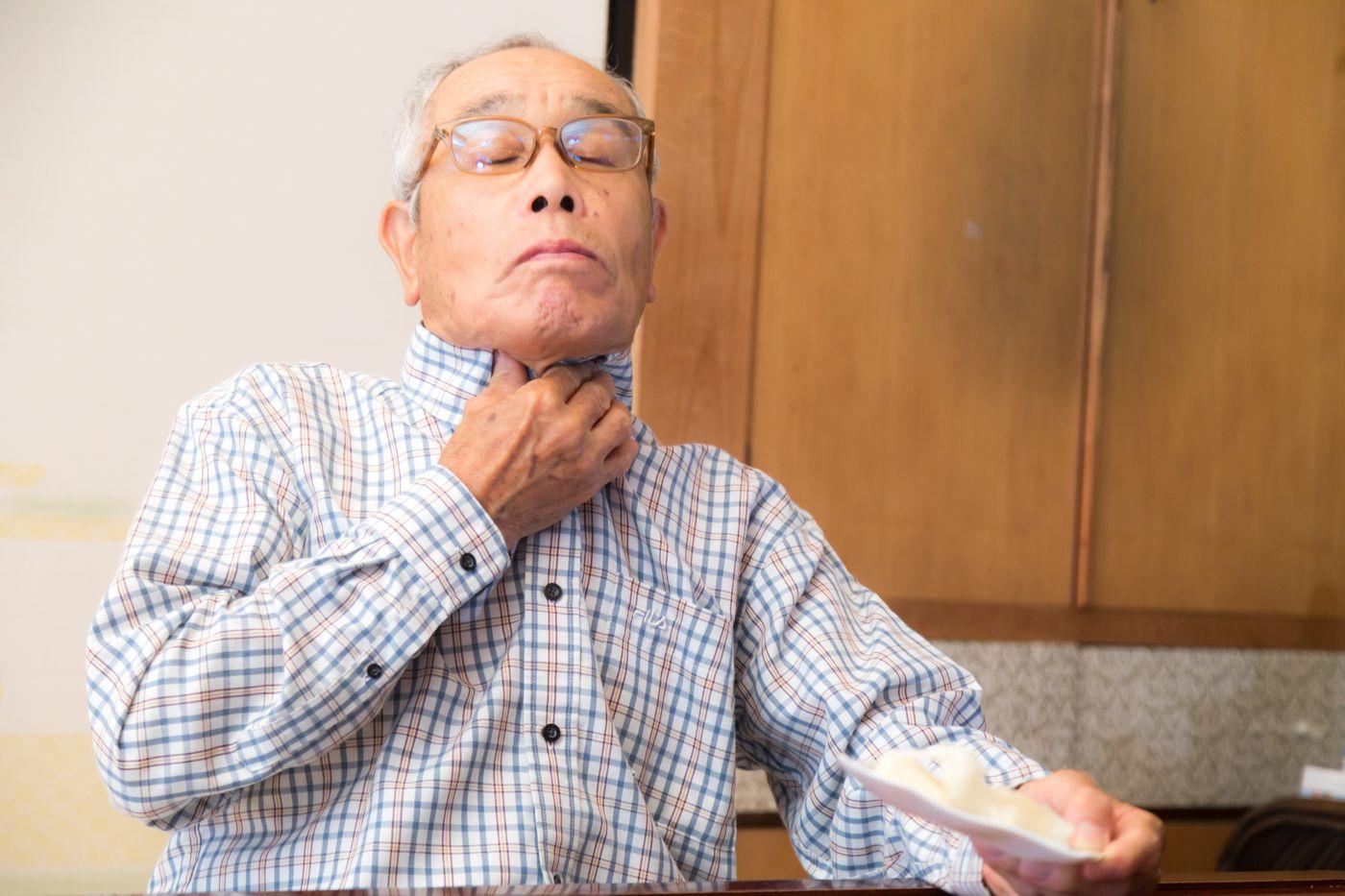 誤って飲み込んでしまい窒息寸前の高齢者の写真
