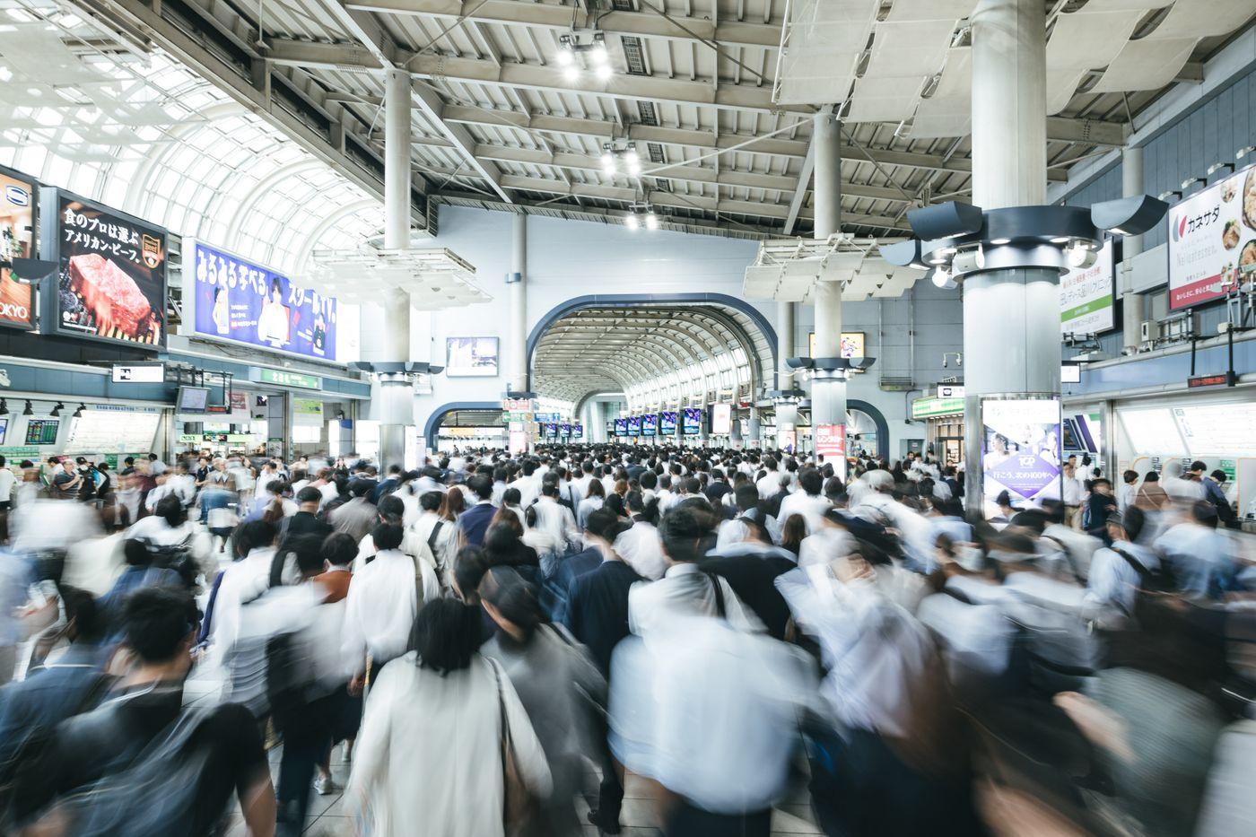 通勤ラッシュ時のJR品川駅改札前の写真