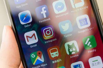 アプリのアイコンが並ぶスマホ画面の写真