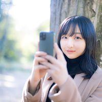 スマホアプリ系の広告に使いやすいスマホ女子の写真