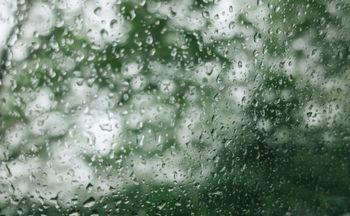 水滴と窓ガラスの写真