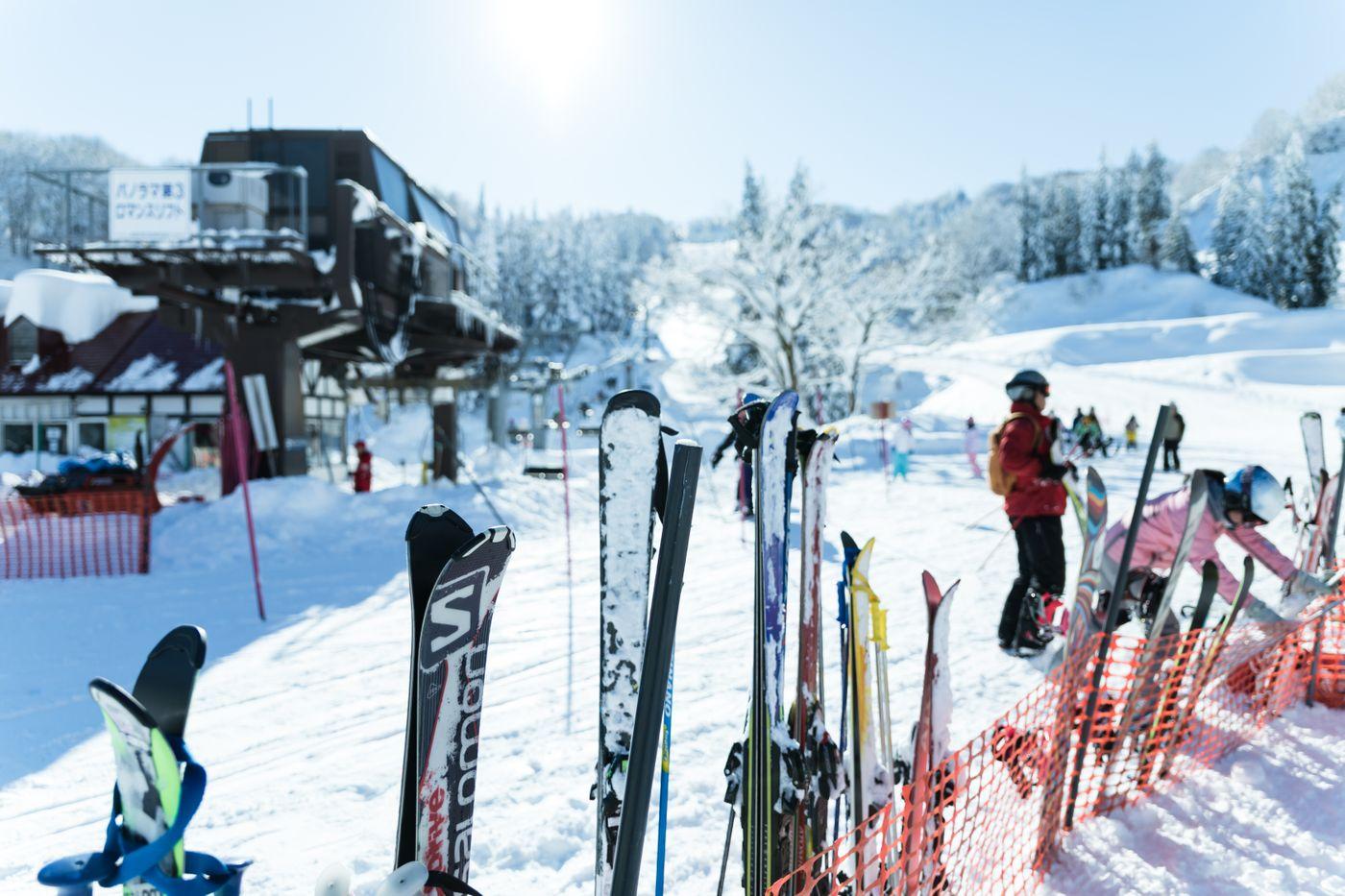 スキー板とリフトの写真