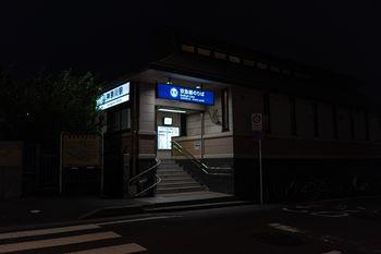 神奈川駅乗り場へ行く階段の写真