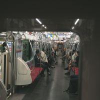 隣の車両から覗く電車内の様子の写真