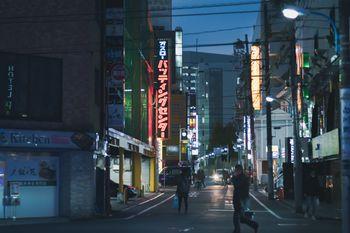 新宿の夜のバッティングセンターの看板の写真