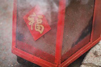 煙が漂う春節の爆竹の写真