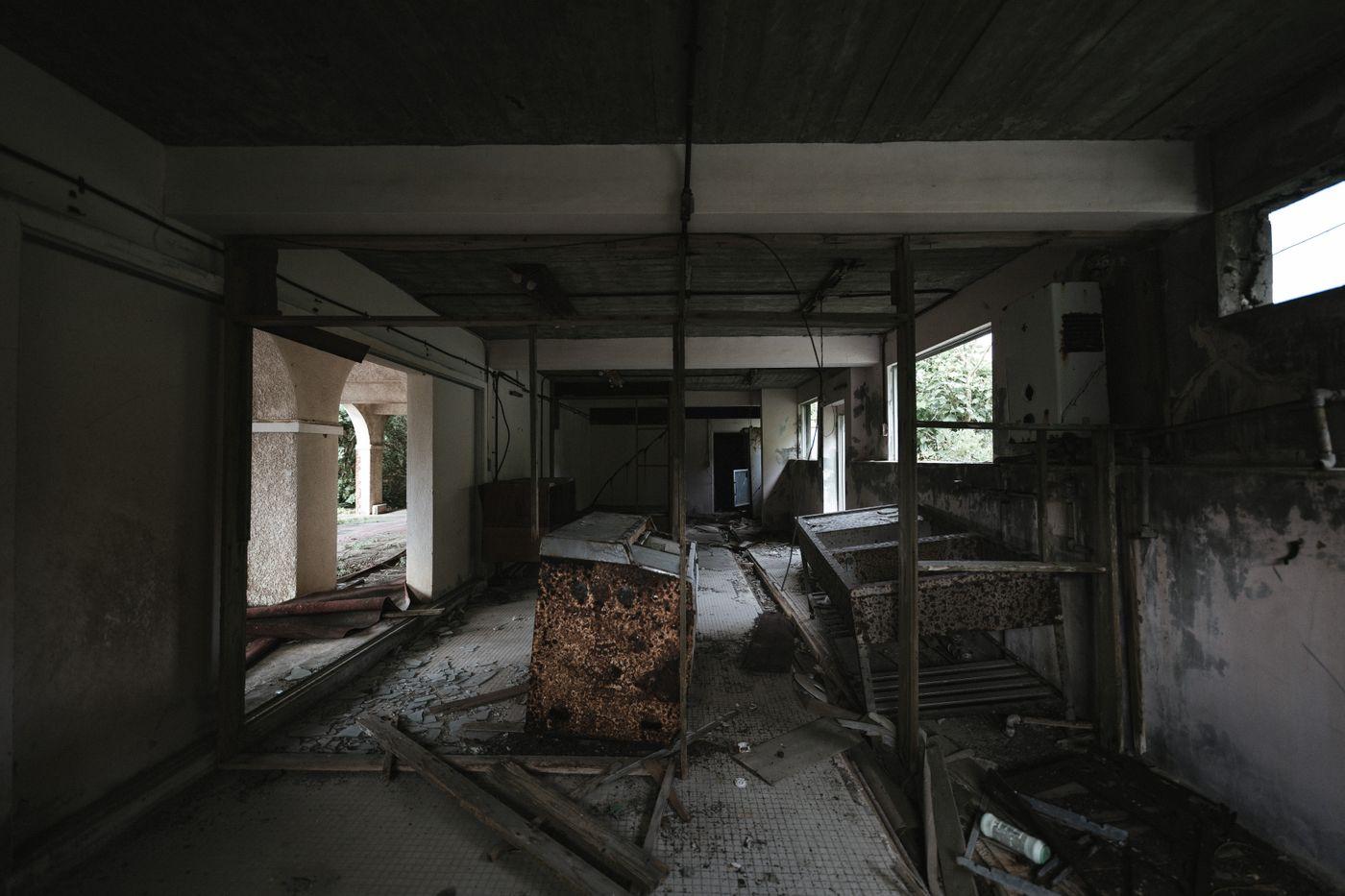 瓦礫で崩れる廃墟の写真