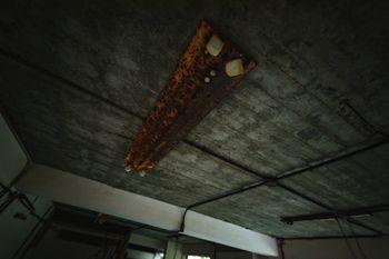 錆びた蛍光灯(廃墟)の写真