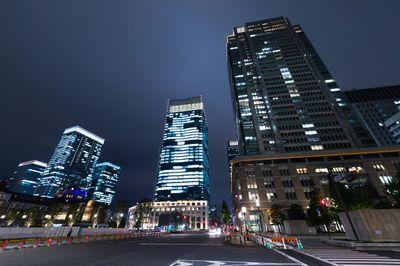 丸の内の高層ビル(夜景)の写真