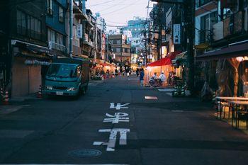 浅草公園本通り商店街の連なる飲み屋の写真