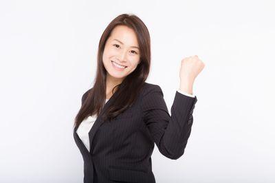 笑顔で「頑張っていこうね!」と部下を激励する女性上司の写真