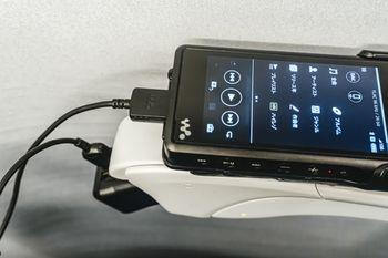コンセントがある新幹線でWalkmanを充電するの写真