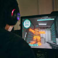 サーバールームに現れるモンスターを討伐していく「THE LANケーブルマン」をプレイするゲーマーの写真
