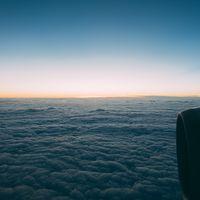 雲海を抜けて上空からの様子の写真