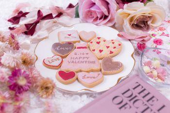 ピンク一色に囲まれたバレンタイン用のクッキーの写真