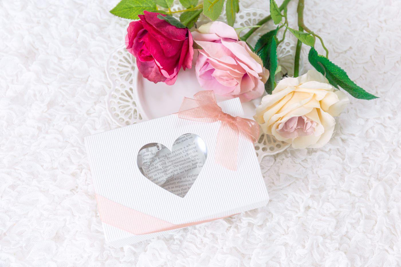 バラの花と告白のプレゼントの写真
