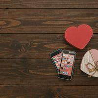 2台のスマートフォンとハートの写真