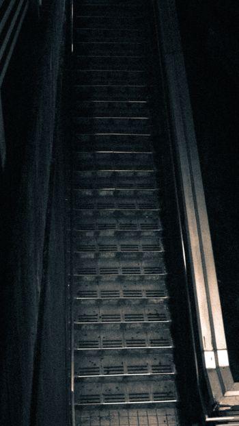 不気味な夜の階段の写真
